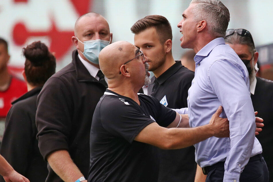 Mannheims Sportchef Jochen Kientz (48, 2.r.) ist beim Derby gegen Kaiserslautern völlig ausgerastet und kassierte die Rote Karte.