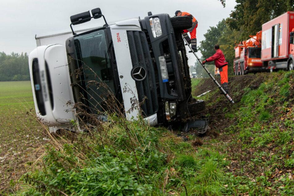 Vollsperrung! Laster verunglückt, Fahrer verletzt