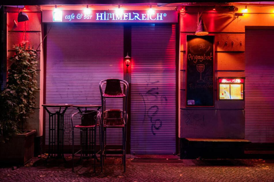 Eine Bar im Stadtteil Berlin-Friedrichshain während der Sperrstunde. Am Freitag hat das Berliner Verwaltungsgericht der Klage von elf Gastronomen recht gegeben und die Sperrstunde für rechtswidrig erklärt.