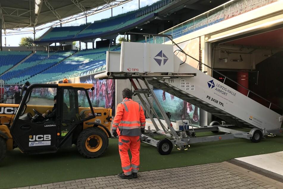 Da in der Red Bull Arena der Höhenunterschied zwischen Tribüne und Spielfeld etwa drei Meter beträgt, bekam der Club eine Gangway geliefert.