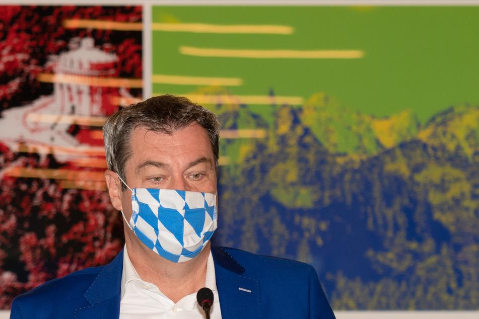Der bayerische Ministerpräsident Markus Söder (CSU) trifft zur außerplanmäßigen Videokonferenz des bayerischen Kabinetts im Bayerischen Staatsministerium für Finanzen und für Heimat in Nürnberg ein.