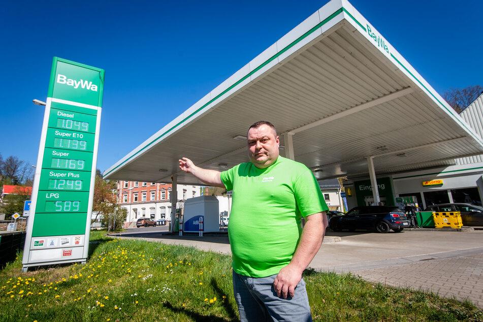Pächter Sergej Schumacher (41) hofft an der BayWa-Tankstelle auf schnelle Verkehrsbelebung durch Ende des Lockdowns.
