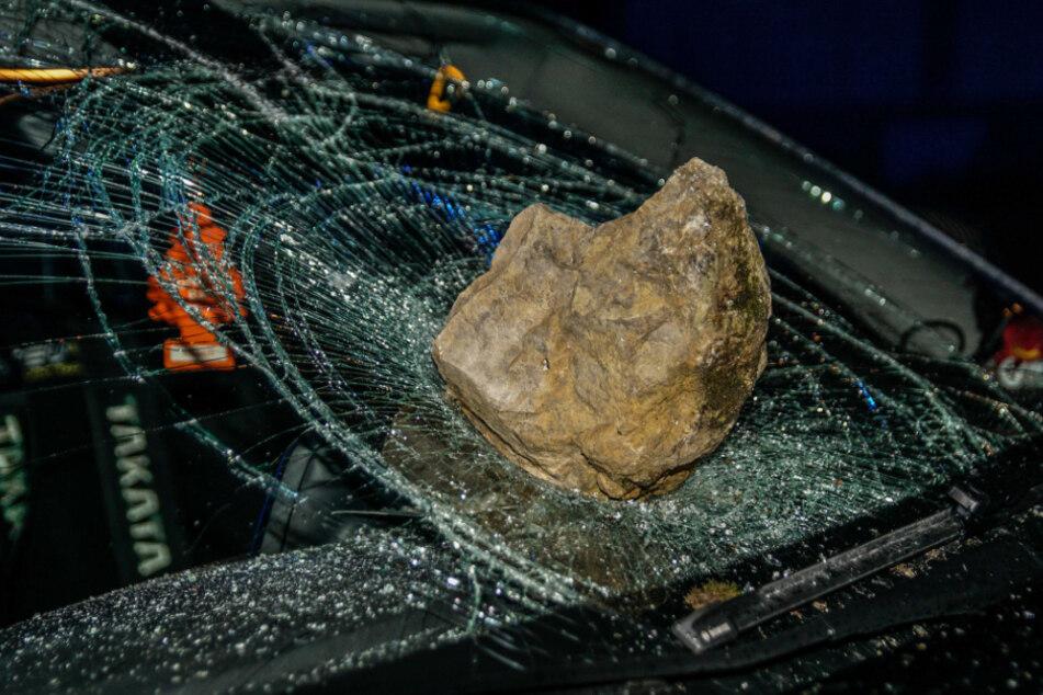 Ein Stein traf die Windschutzscheibe eines Autos.