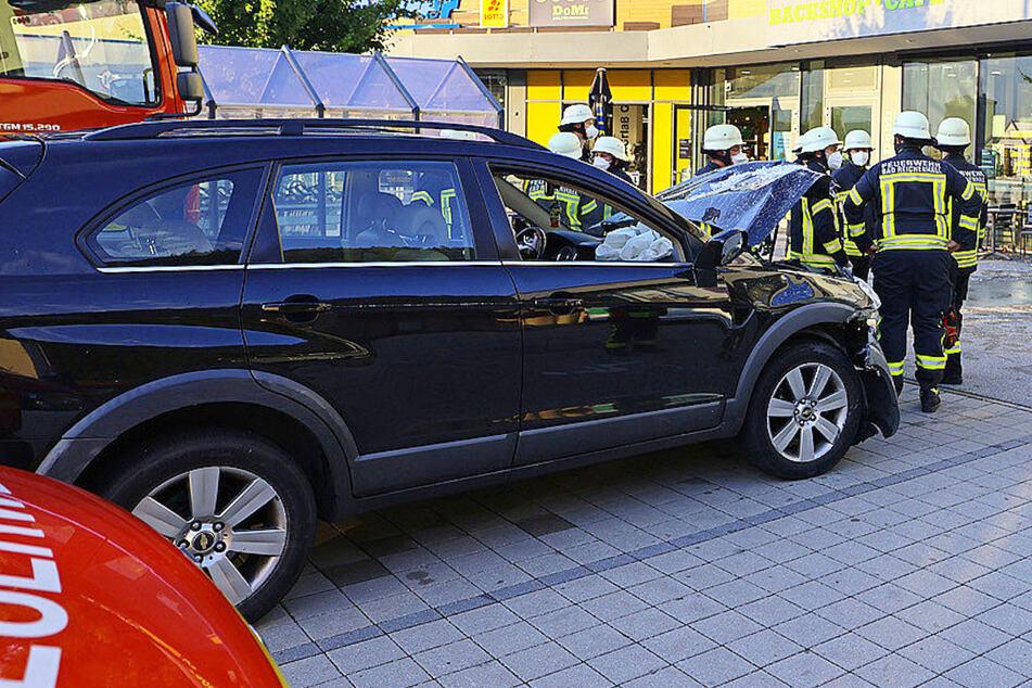 Betrunken und ohne gültigen Führerschein ist ein Mann im Berchtesgadener Land in Bayern mit seinem Auto in zwei Schaufenster geprallt.