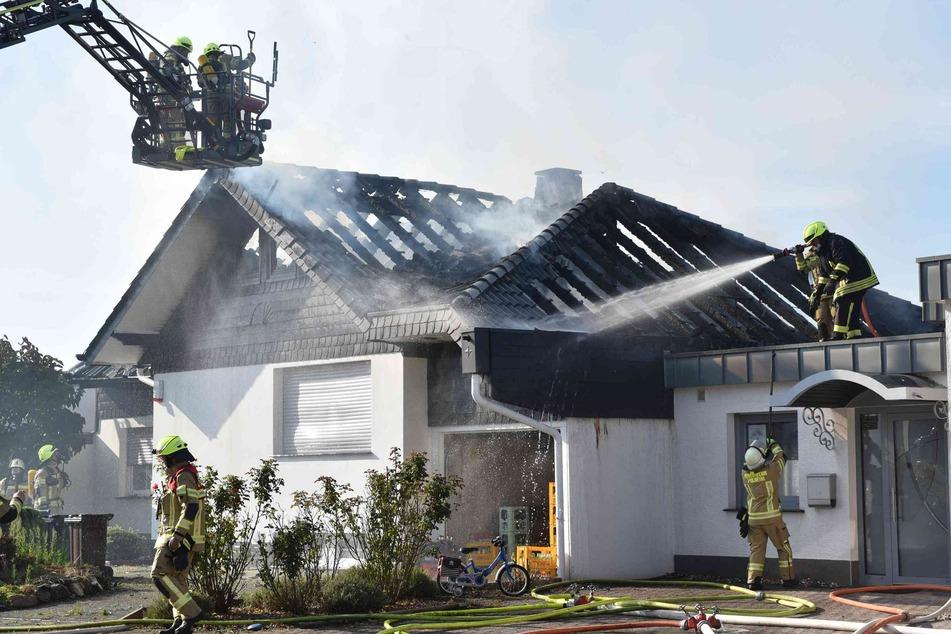 In Pulheim löschte die Feuerwehr den Brand in einem Dachstuhl.