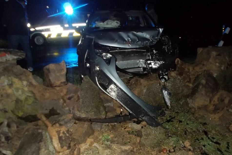 Am Auto und an der Mauer entstanden erhebliche Schäden.