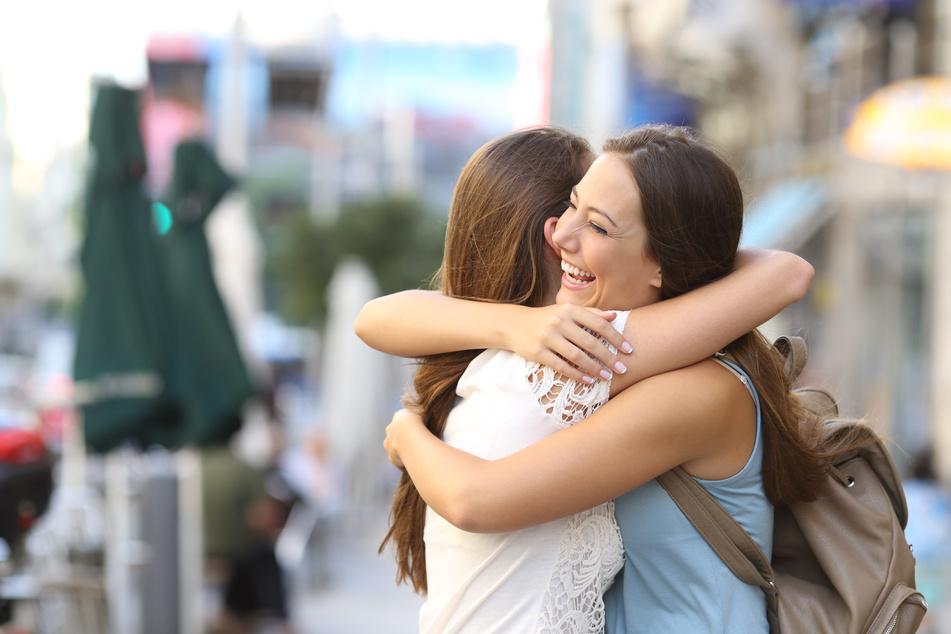 Werden wir umarmt, schüttet der Körper Botenstoffe aus. Das entfaltet eine beruhigende Wirkung, hilft beim Stressabbau und stärkt Bindungen. (Symbolbild)