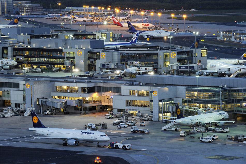 Der Frankfurter Flughafen erholt sich langsam von den Corona-Auswirkungen, vergangene Woche gab es aber einen kleinen Rückschlag. (Archivbild)
