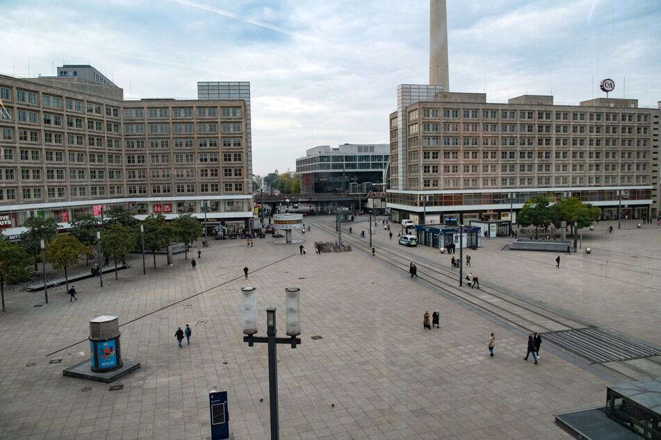 Um die Corona-Pandemie einzudämmen, wird die Maskenpflicht in Berlin ausgeweitet (Symbolbild).