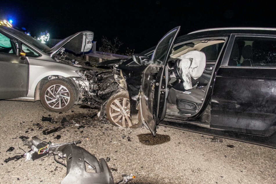 Die Autos sind bei einem Unfall frontal zusammengekracht. Die Fahrer wurden schwer verletzt.