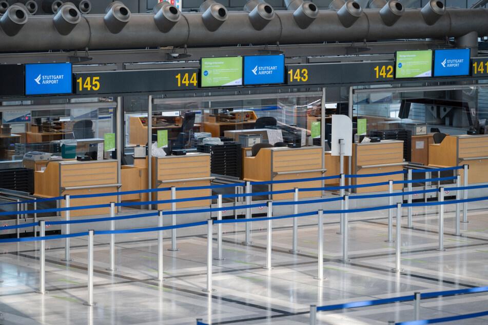 Passagiere Fehlanzeige: Leere Schalter am Airport.