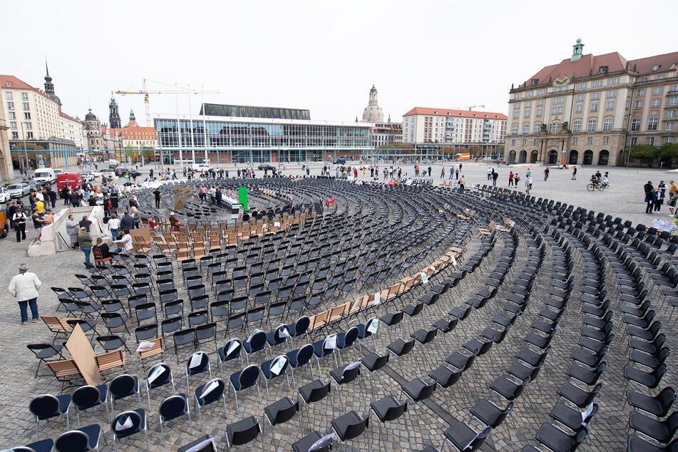 Über 2000 leere Stühle wurden auf dem Dresdner Altmarkt aufgestellt.