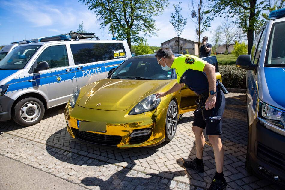 Polizeioberkommissar Thomas Kiraly (45) checkt den Porsche Panamera Turbo noch einmal.