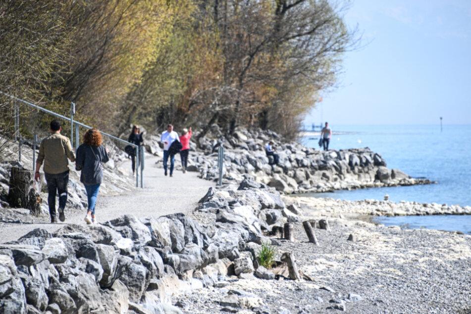 Spaziergänger entlang des Bodensee-Ufers.