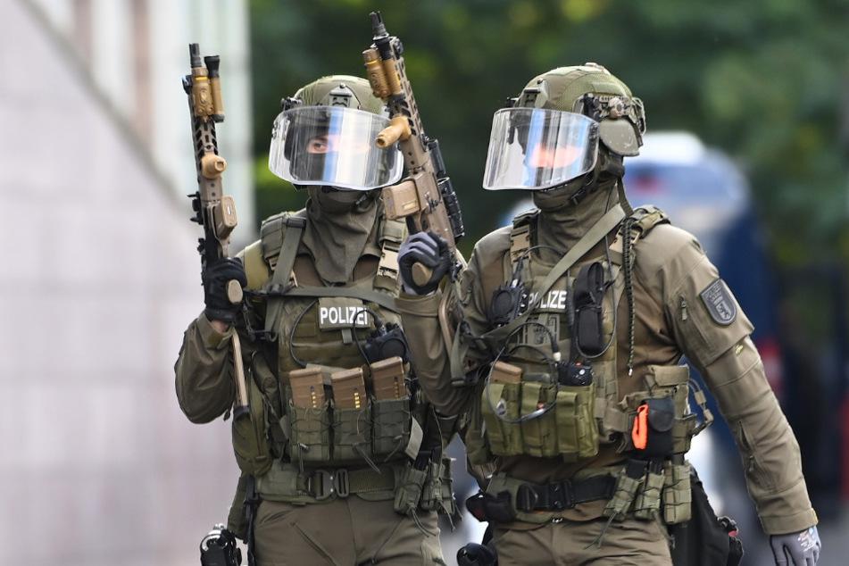 Schwer bewaffnete Polizisten bereiten sich auf den Einsatz in Köpenick vor.
