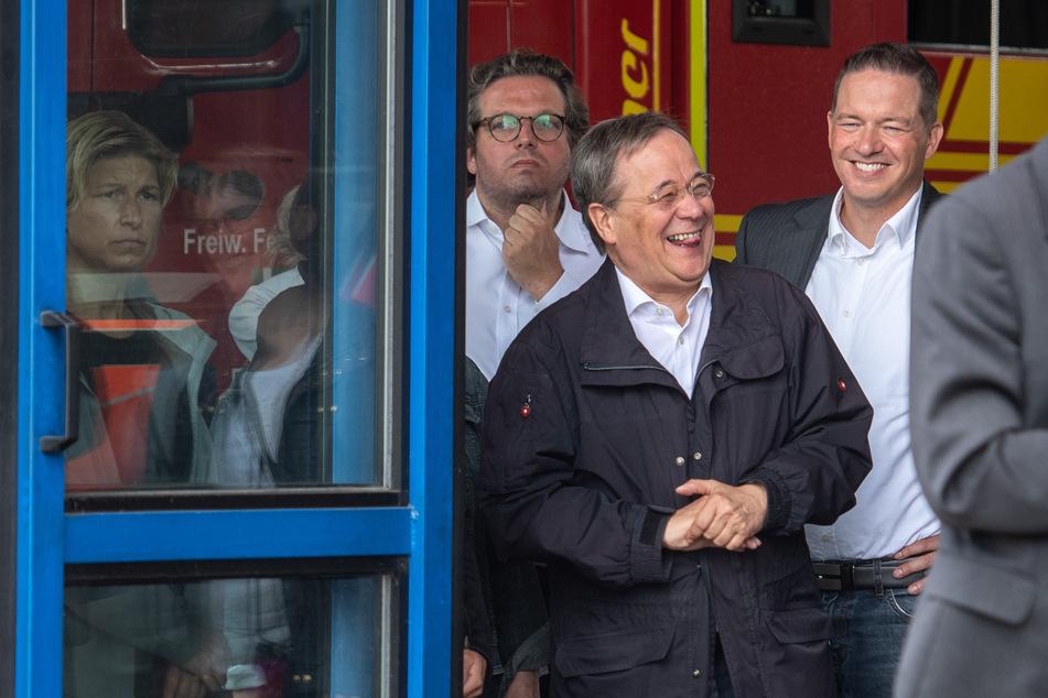 Armin Laschet (60, CDU) lachte im Hintergrund eines Interviews zur Flut-Katastrophe in Erftstadt. Der Landrat Frank Rock (50, CDU) gehörte zu seinen Begleitern.