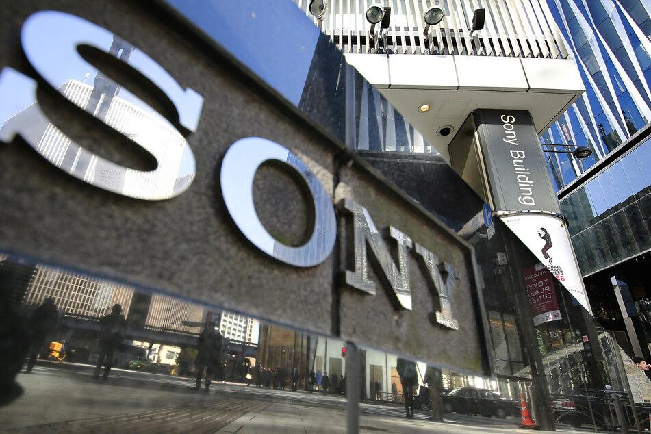 Passanten spiegeln sich in der Fassade eines Sony-Showrooms in Tokio.