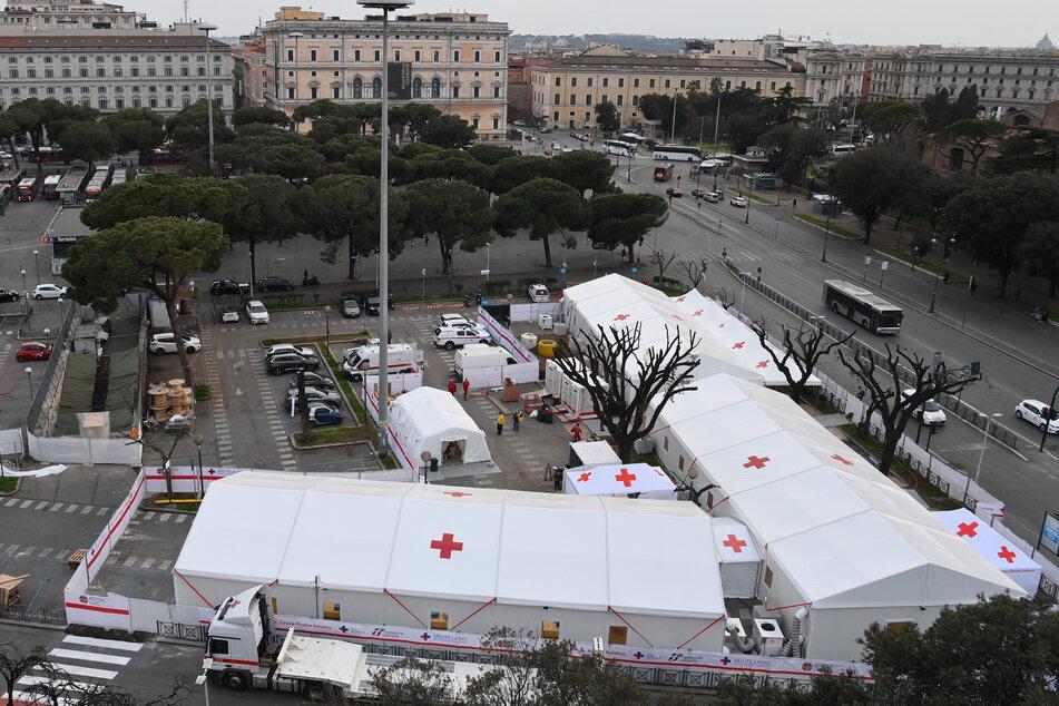 Rom: Blick auf die Vorbereitungungsarbeiten zur Eröffnung des Impfzentrums am Piazza dei Cinquecento in der Nähe des Bahnhof Roma Termini.