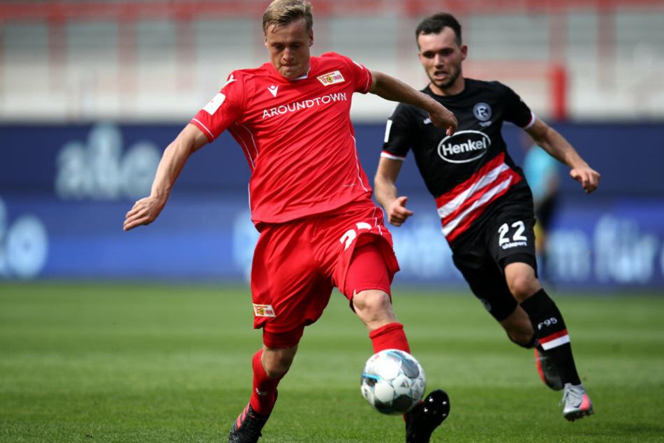 Felix Kroos (l) von Union Berlin kämpft mit Kevin Stöger von Fortuna Düsseldorf um den Ball.