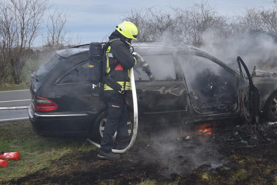Schock auf der Autobahn: Mercedes fängt während der Fahrt Feuer