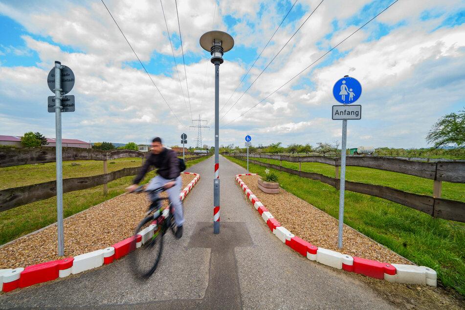 Ein kurioser Radweg verhindert die Zufahrt für Autos von der Bundesstraße in das Mainstädtchen.