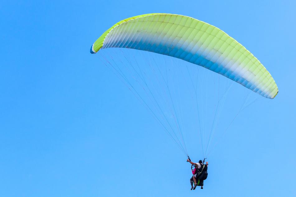 Ein Gleitschirmflieger ist am Dienstag in der Nähe von Bad Tabarz abgestürzt. (Symbolbild)
