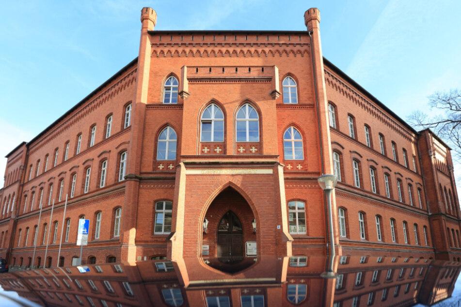 Zwei Menschen verletzt: Großfamilien prügeln sich vor Landgericht!