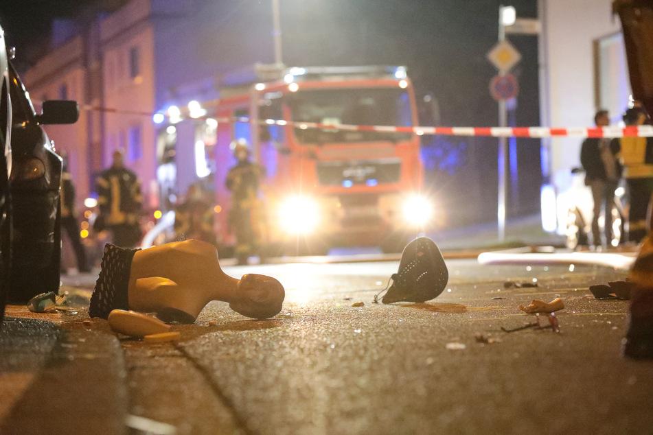 Trümmerteile lagen am Samstagmorgen auf der Straße vor dem teilweise explodierten Haus.