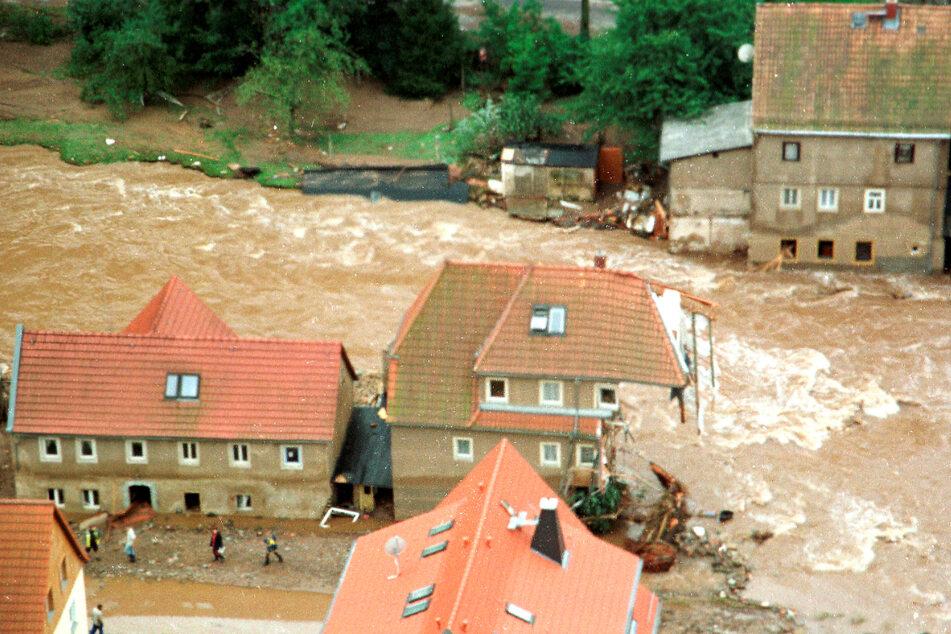 Im Weesensteiner Ortskern wurden Häuser durch Treibgut und Wasser zerstört.