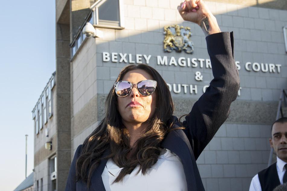 Katie Price reckt die Faust, während sie das Gerichtsgebäude des Magistrates' Court verlässt. Dort musste sie sich wegen Trunkenheit am Steuer verantworten.