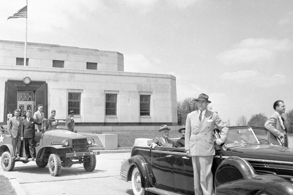 Präsident Franklin D. Roosevelt (1943) vor Fort Knox: Hier ließ er das amerikanische Gold einbunkern.