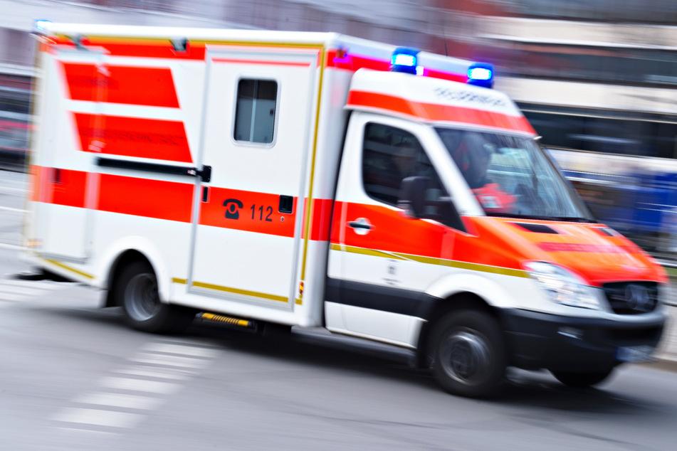 Ein 19-Jähriger musste nach einer Erstversorgung vor Ort mit einem Rettungswagen in ein Krankenhaus gebracht werden. (Symbolbild)