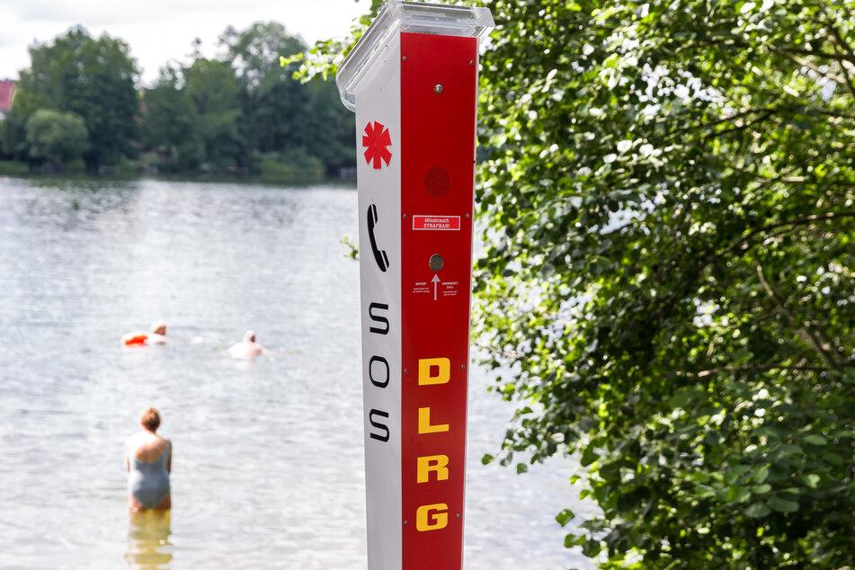 Eine SOS-Notrufsäule der DLRG steht an einer unbewachten Badestelle des Großensees. (Archivbild)