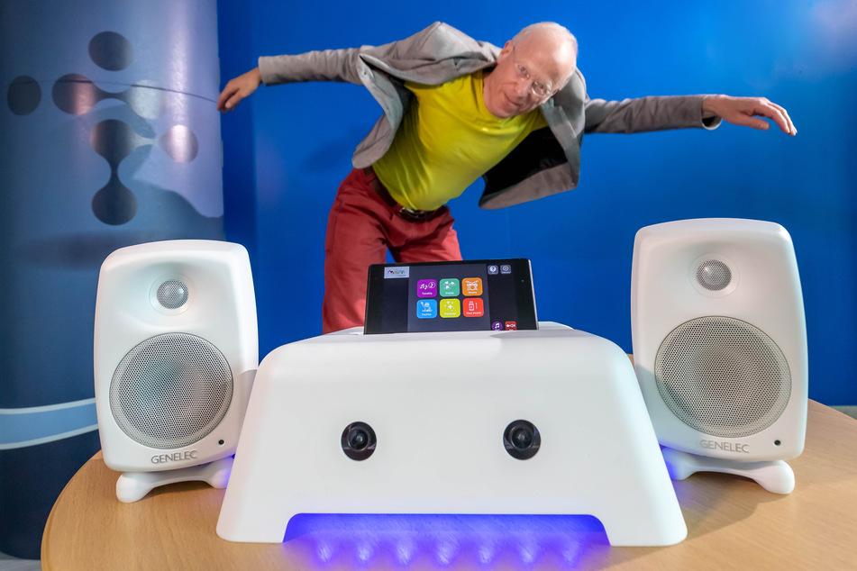 """Erfinder Robert Wechsler (65) tanzt hinter seinem """"Motion Composer"""", der Bewegungen in Musik umsetzt."""