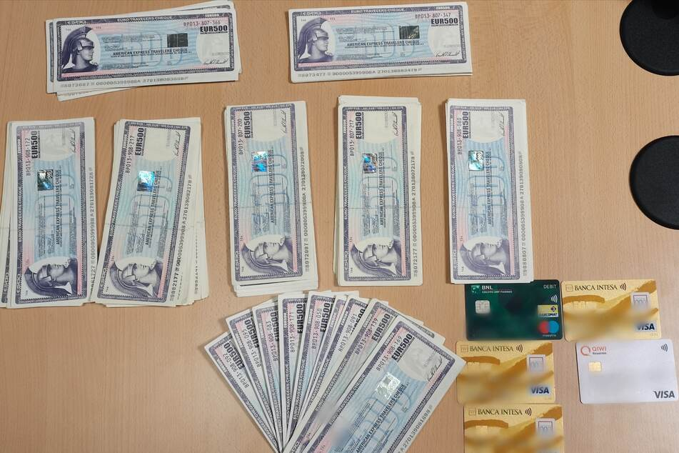 Mann hat Schecks für 69.000 Euro dabei, doch Bankmitarbeiter wird stutzig