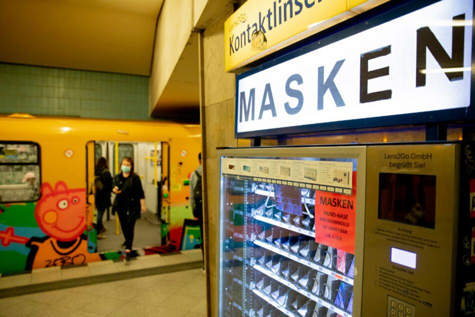 in Automat, an dem man neben Kontaktlinsen auch einfache Mundschutzmasken kaufen kann, steht am Bahnsteig der U-Bahnstation Turmstraße.