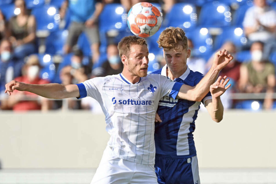 Darmstadts Matthias Bader (l.) und Dominik Kother liefern sich ein Kopfballduell.
