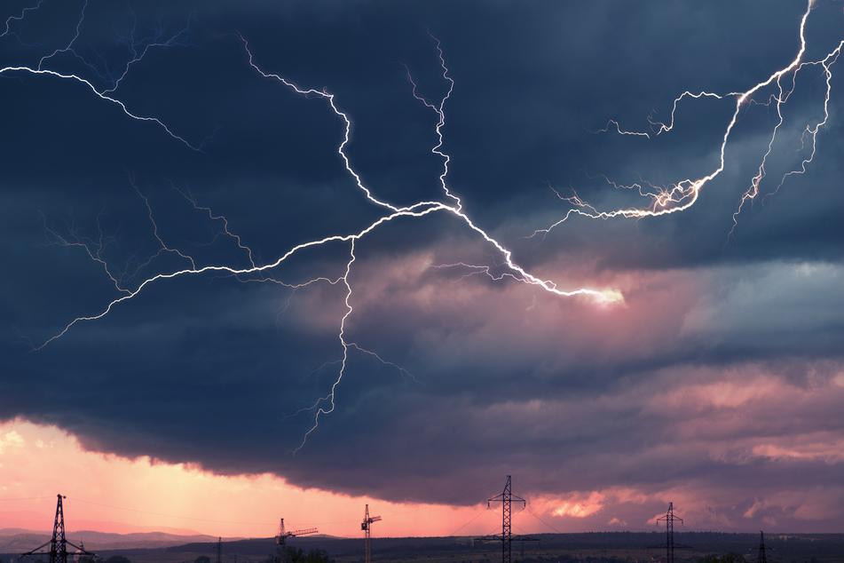 Ab Samstagnachmittag kann es in Sachsen zu teils heftigen Gewittern kommen. Auch in der Nacht zum Montag kann es knallen. (Symbolbild)