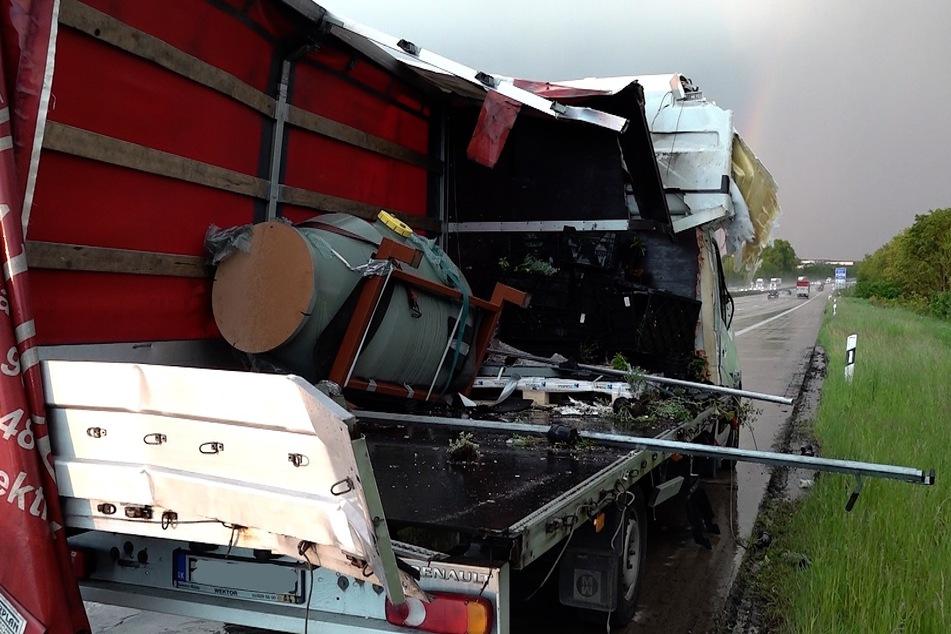 """Der Fahrer dieses Transporters hatte extremes Glück, dass er am Stauende noch ausweichen konnte und """"nur"""" die Beifahrerseite zerstört wurde. Er selbst blieb unverletzt."""