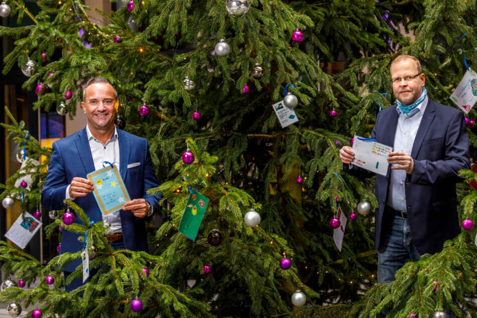 Hoteldirektor Florian Stühmer (44) und der ehrenamtliche Kinderdorf-Papa Axel Mayer (51, r.) bestückten den Tannenbaum mit Kugeln und vielen Wünschen.