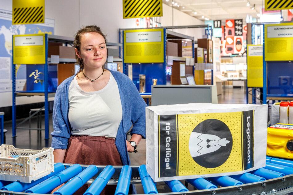 "Museums-Praktikantin Anne Fiebig (23) betrachtet die Ausstellungsabteilung ""Logistikzentrum""."