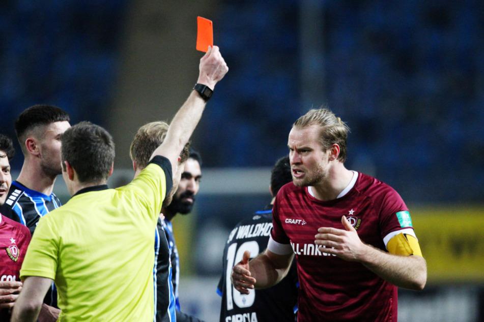 Rot Nummer 1: Sebastian Mai (27, r.) fliegt nach seiner Tätlichkeit runter - drei Spiele Sperre.