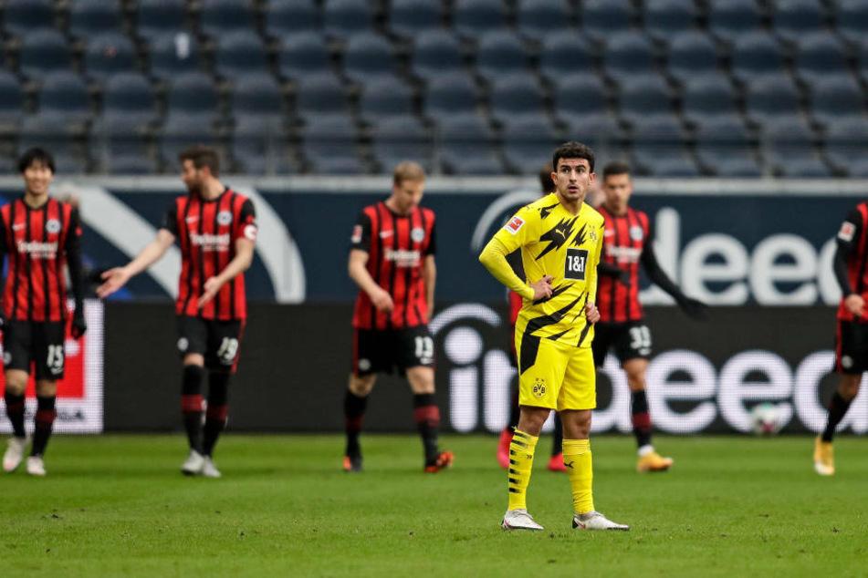 Die Eintracht-Spieler freuen sich über den Treffer von Daichi Kamada (l.) zum 1:0. Dortmunds Mateu Morey (2.v.r.) steht konsterniert auf dem Platz.