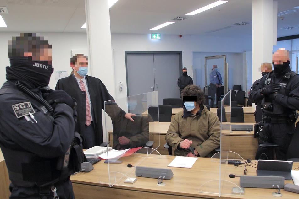 Im Gerichtssaal wird der Angeklagte Abdullah A. H. H. (21) von mehreren Beamten bewacht.