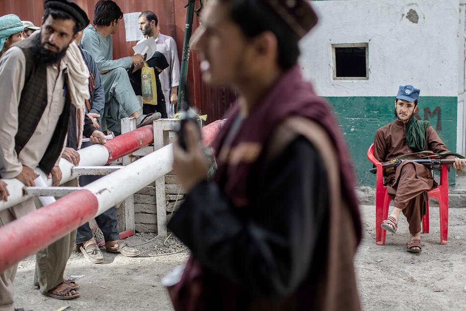An der Schranke sammeln sich viele Afghanen und wollen verschiedene Dinge melden.