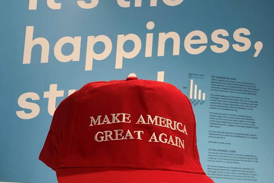 """Eine Kappe mit der Aufschrift """"Make America Great Again"""", wie sie viele Anhänger des US-Präsidenten Trump tragen, liegt im Happiness Museum in Kopenhagen aus."""