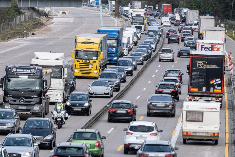 Mega-Stau auf der A7: Laster-Anhänger mit geplatztem Reifen steht quer
