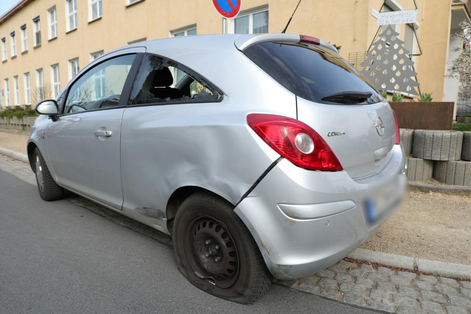 Platter Reifen, eingedellte Seite und zerbrochene Scheibe: Auch der Opel Corsa trug Schäden davon.