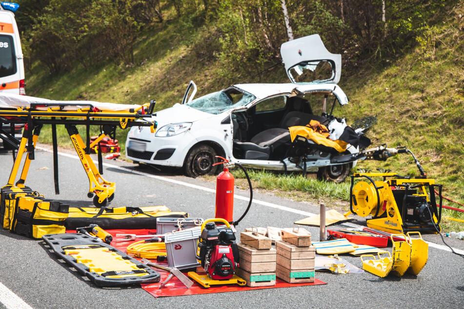 Mit schweren Geräten befreite die Feuerwehr die 23-Jährige aus ihrem Kleinwagen.