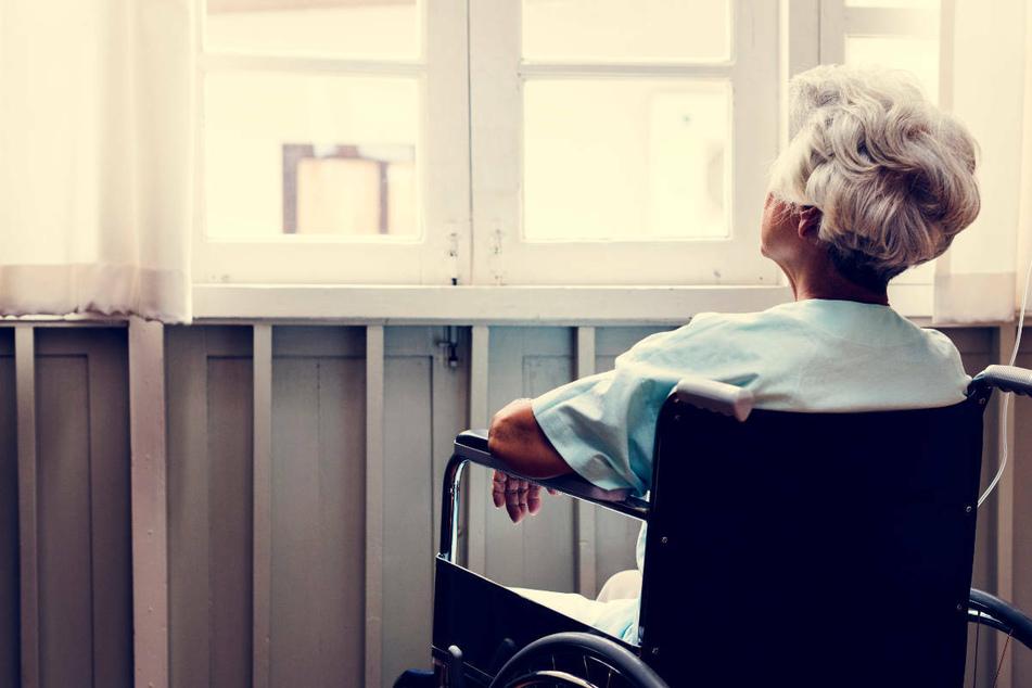 Frankfurt: Wie dreist! Pfleger klaut Demenzkranker Goldringe vom Finger